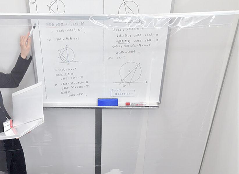 講師は、サージカルマスクの上にフェイスシールド(透明マスク)を着用